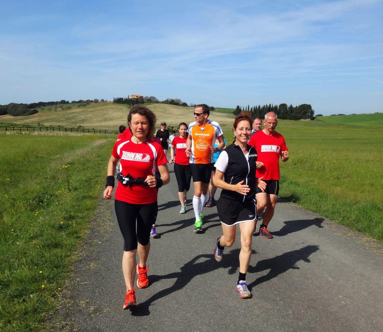RUNNING Company Toskana Laufferien: glückliche Läufer und grüne Hügel