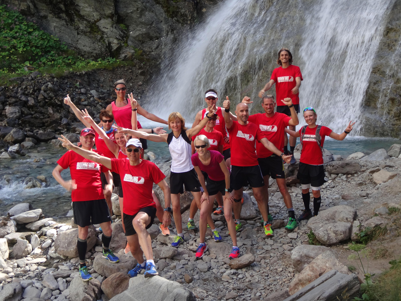 Läufer am Wasserfall