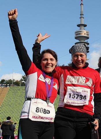 Glückliche Läuferinnen im Marathonziel im Olympiastadion München