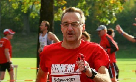 Andreas Seliger holt den Sieg beim Halbmarathon in Oepfingen
