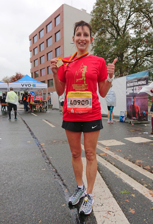 Ina Schmidt happy im Marathonziel