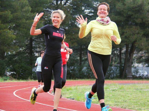 2 Läuferinnen winken