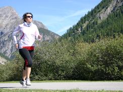 Läuferin vor Berg