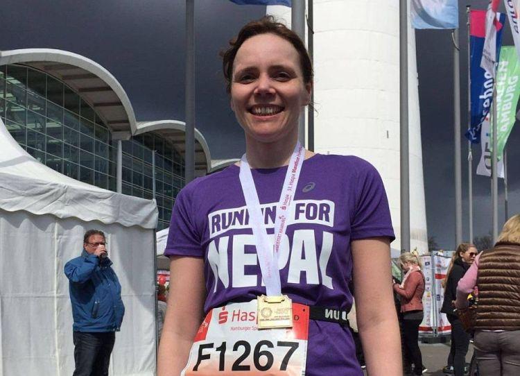 Stolze Läuferin im Ziel beim Hamburg Marathon 2016
