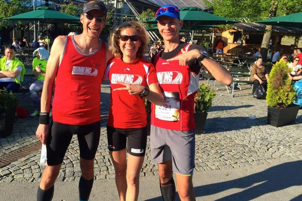 Glücklich RUNNING Company Läufer im Ziel vom Wings for Life World Run Deutschland im Olympiapark München