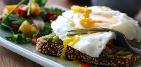 Gesundes Essen - Vollkornbrot mit Ei
