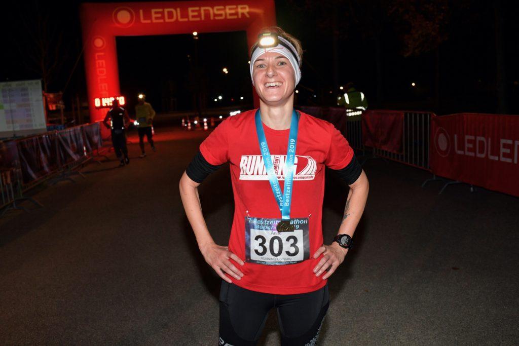 Glücklich im Halbmarathon-Ziel