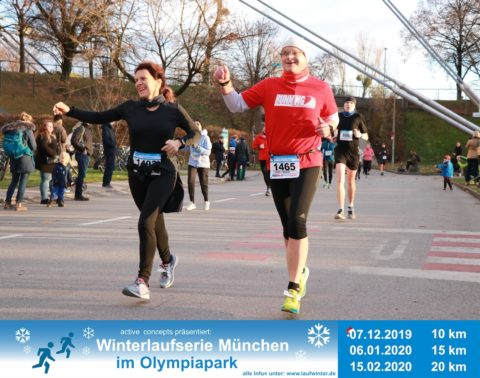 Läufer winken beim Zieleinlauf
