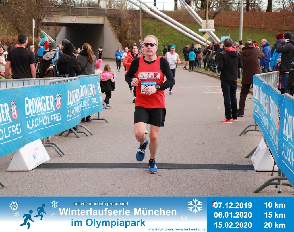 Olaf Dieckmann beim Zieleinlauf der Winterlaufserie München