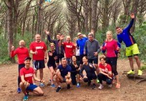 Läufergruppe im Pinienwald