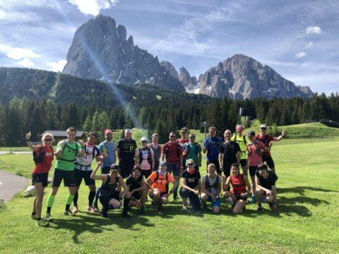 Laufgruppe vor dem Langkofel auf der Seiser Alm in Italien