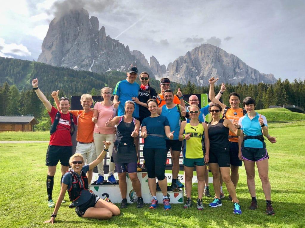 RUNNING Company Laufgruppe vor dem Langkofel in Südtirol