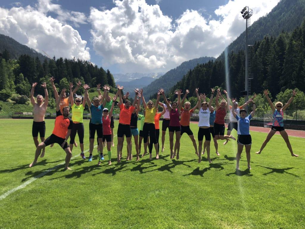 Läufer springen im Stadion