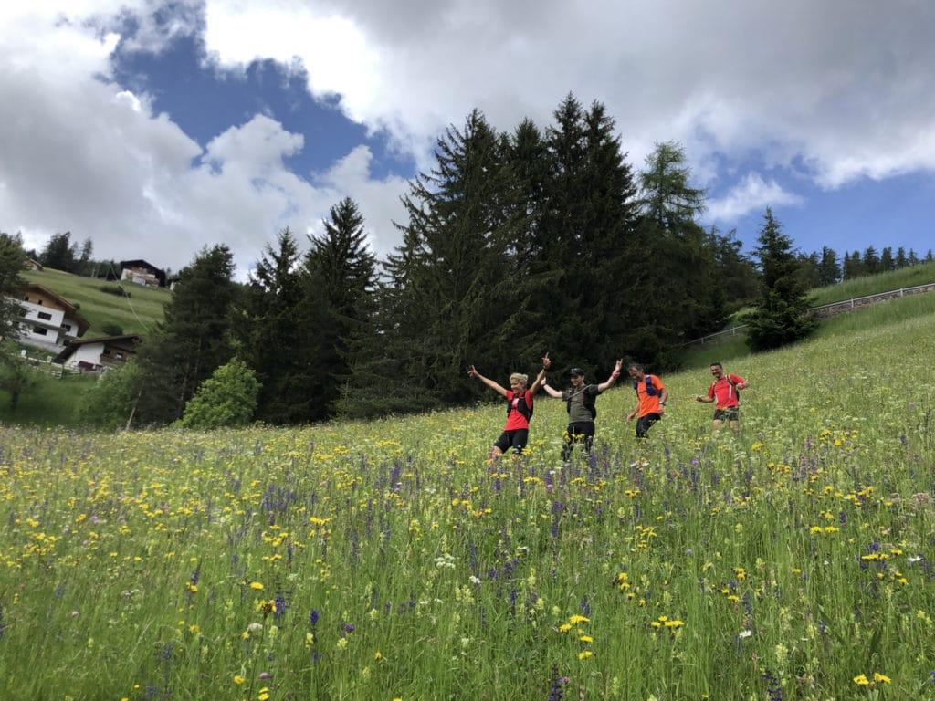 Durch die Blumenwiese laufen
