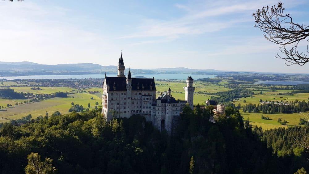 Schloss Neuschwanstein und Blick zum Forggensee