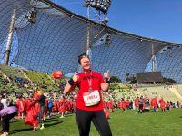 RUNNING Company_Daumen hoch im Ziel beim München Marathon