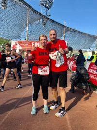 RUNNING Company_Klaus und Christine im Ziel beim München Marathon