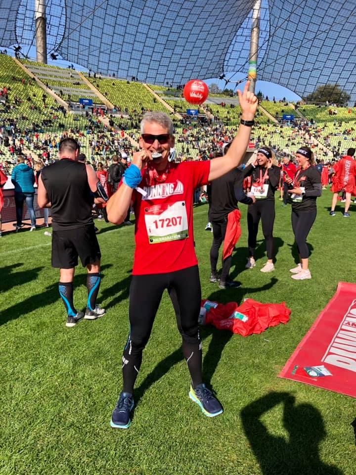 RUNNING Company_Helmut stolz im Ziel München Marathon